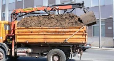 Kamion pretovaren stajskim gnojivom u gužvi kroz središte Mostara