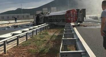 Normaliziran promet na Bijači nakon pogibije vozača prilikom prevrtanja cisterne