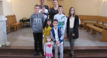 Krštenje sedmog djeteta u obitelji Pušić iz mostarskog naselja Vojno