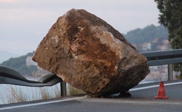 Ogromne kamene gromade odronile se na cestu kod mjesta koje je potpuno uništio požar