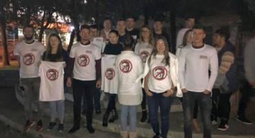 Majice s prekriženom glavom Željka Komšića apsolutni hit