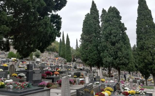 Veliki broj Mostaraca danas obilazi grobove svojih najmilijih