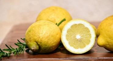 Je li stvarno voda s limunovim sokom dobra za mršavljenje?