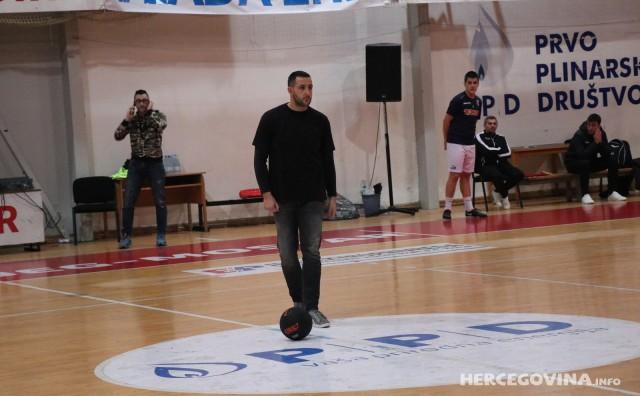 Nastup virtouza s loptom Samira Salčina prije početka futsal utakmice HFC Zrinjski - FC Split