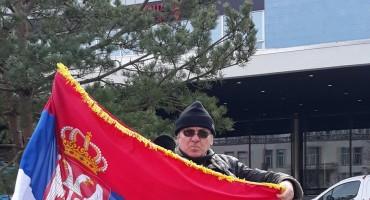 Incidenti u Den Haagu: Napadnut muškarac sa srpskom zastavom