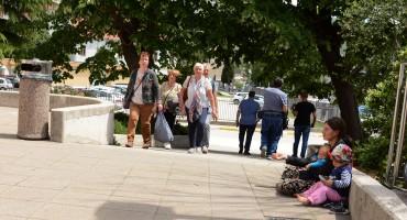 PROSJACI SVE AGRESIVNIJI:Turistima kradu posluženu hranu