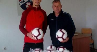 Hrvatski reprezentativac i član Glasgow Rangersa Nikola Katić donirao nogometne lopte HNK Stolac