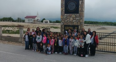 Izaslanstvo na čelu s misionarkom iz Ugande posjetilo Groblje mira na Bilima