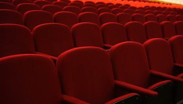 Znate li zašto su sjedala u kinima crvene boje?