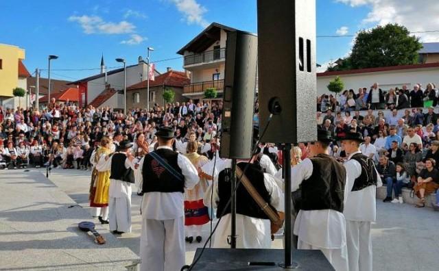 Tomislavgrad: Večer bećaca i gange privukla mnoge znatiželjnike na Trg gange i hajdučke družine