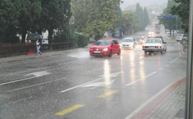 Jaka kiša praćena vjetrom poplavila ulice Mostara