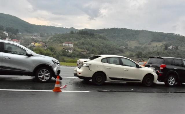 Tri osobe ozlijeđene u lančanom sudaru na autocesti pred Sarajevom