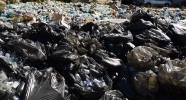 Tone smeća okružuju bolnicu u Mostaru, građani posebno zabrinuti zbog medicinskog otpada