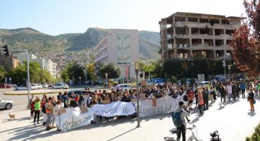 Prosvjed mladih u Mostaru: Joseph iz Velike Britanije poručio da vlade taje informacije o klimatskim promjenama