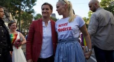 Premijerka Srbije s partnericom prošetala Paradom ponosa u Beogradu