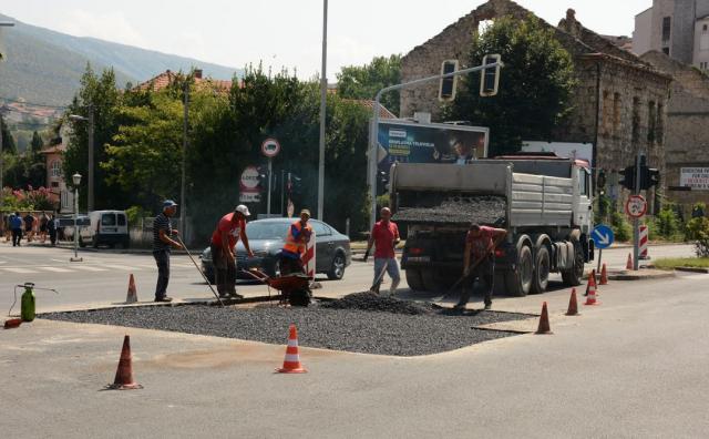 FOTO/Mostar: Za rubriku vjerovati ili ne, rupa na Bulevaru konačno sanirana i postavljen asfalt