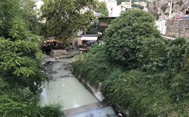 FOTO: Mostarci u šoku: Radoboljom koja se kod Starog mosta ulijeva u Neretvu teče nafta?