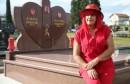 Crvena boja joj prešla u opsesiju: Sebi i mužu osigurala čak i crveni spomenik