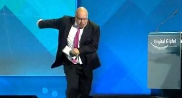 VIDEO/ Njemački ministar pao s pozornice i ozlijedio glavu