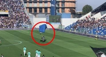 Nevjerovatne scene: Usred utakmice na teren sletio padobranac!