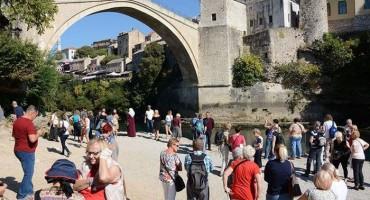 Mostar: Stara gradska jezgra prepuna je turista iz raznih krajeva svijeta