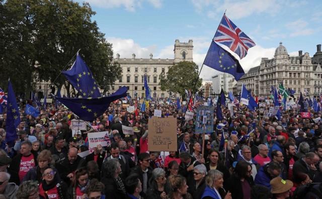 Dok parlament zasjeda, prosvjednici u Londonu traže novi referendum