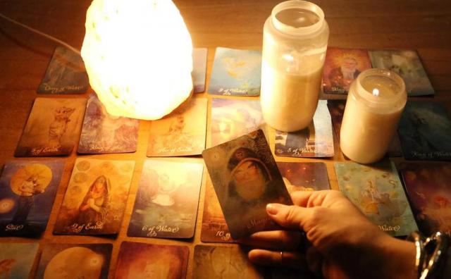 Slomio curi gležanj nakon što su tarot-karte pokazale da je vara: 'Karte nikad ne lažu'