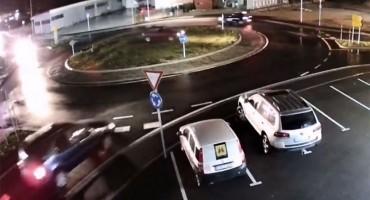 nadzorne kamere snimio vozača: Na kružnom toku ravno preko zelene površine