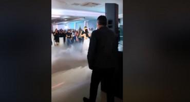 Grupa Brotnjo i Hari Rončević iznenadili mladence Marinu i Josipa, pogledajte njihovu reakciju