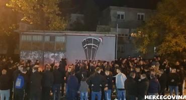 (FOTO VIDEO) Mostar: Ultrasi odali počast Vukovaru