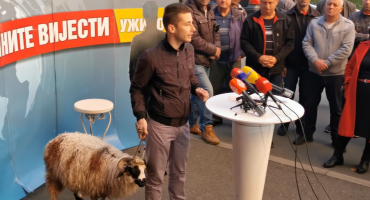 Banjalučki političar doveo janje ispred RTRS-a