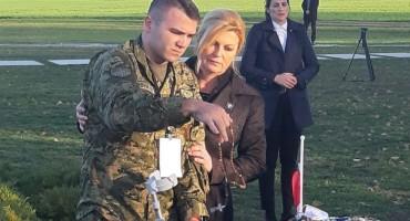 Predsjednica Hrvatske pridržavala stradalog vojnika dok je palio svijeću za žrtve Vukovara