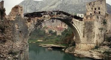 Na današnji dan srušen Stari most u Mostaru