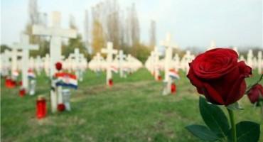 Vukovar: Na Memorijalnom groblju položene ruže i upaljeni lampioni