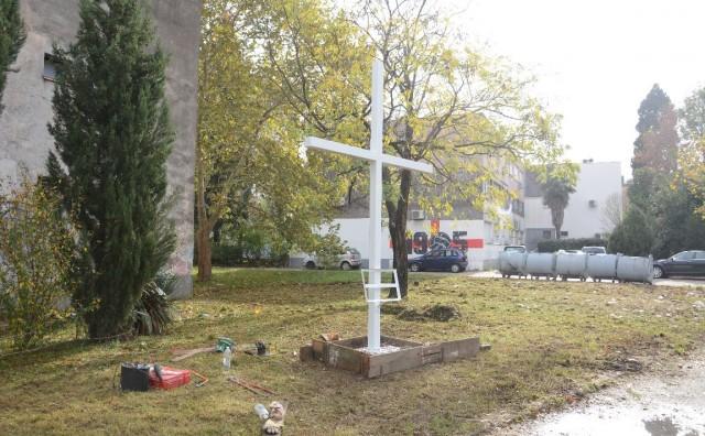 Razvojačeni branitelji postavili križ u Vukovarskoj ulici u Mostaru