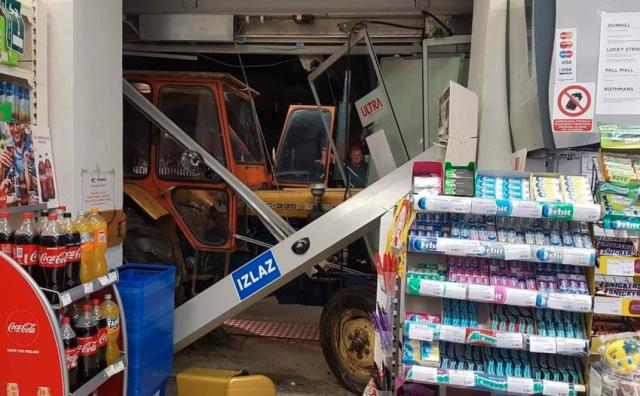 Bizarna nesreća u blizini Zagreba: Traktor probio izlog i završio u trgovini