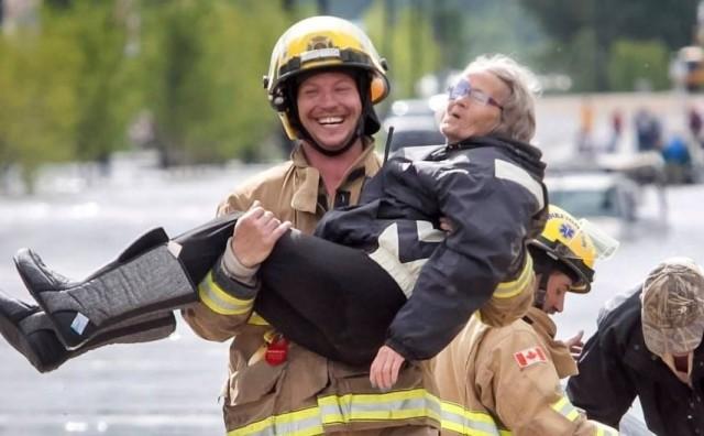 Ova fotografija postala je hit zbog rečenice koju je ova baka rekla vatrogascu tijekom spašavanja