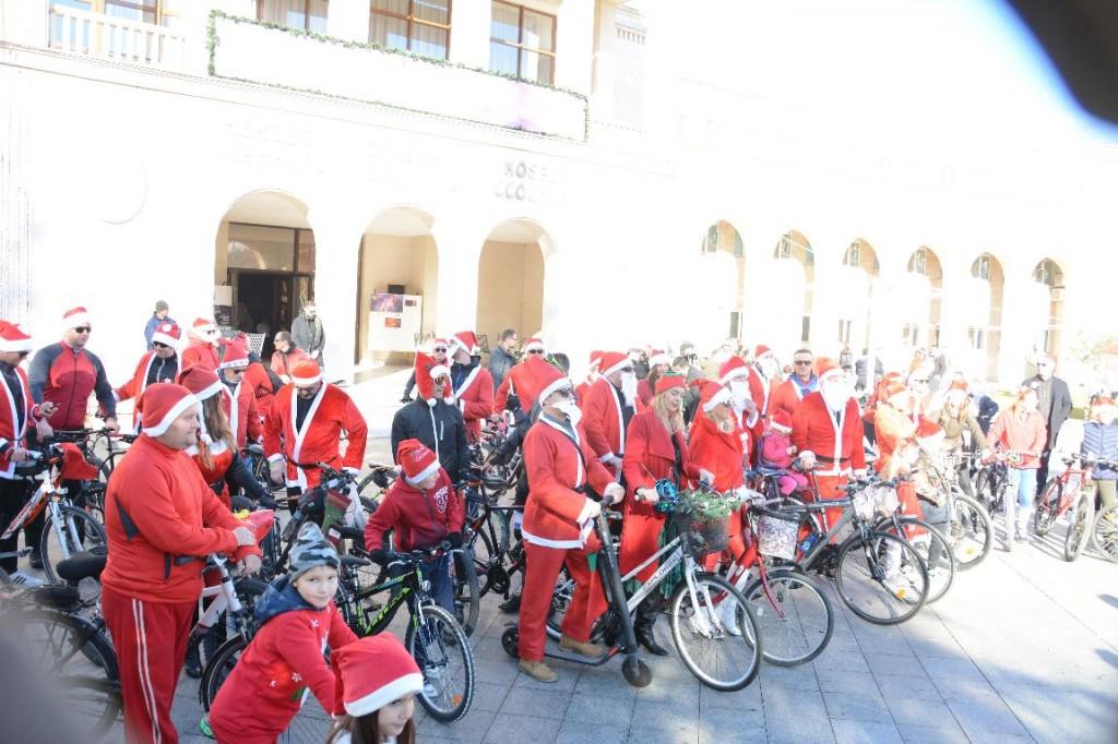 FOTO Božićnjaci na biciklima razveselili Mostarce