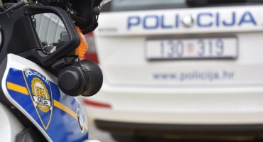 Švercao migrante kroz Hrvatsku, u bijegu se zabio kombijem u policiju
