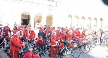 Božićnjaci na biciklima razveselili Mostarce