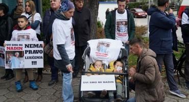 Prosvjed ispred KCUS-a zbog odbijanja liječenja djevojčice