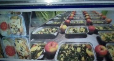 Mostarci postavili hladnjak sa besplatnim kuhanim obrocima za beskućnike