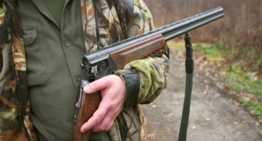 NESREĆA U DOBROM SELU Muškarac pogođen iz lovačke puške