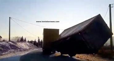 VIDEO: Vjetar na cesti u Tomislavgradu prevrnuo prikolicu