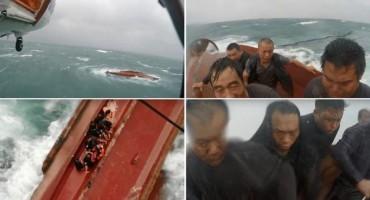 Dramatična snimka spašavanja ribara usred oluje