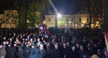 ZAVRŠENO MIRNO OKUPLJANJE Trebinjaci zbog spornog zakona izašli na Trg slobode