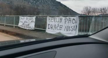 'BORBA ZA MRGINJE' U HERCEGOVINI Novi transparenti na Veljačkom mostu: 'Berlin pao, Drače nisu'