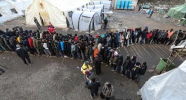 Počelo je premještanje migranata, novinarima zabranjen prilaz kampu