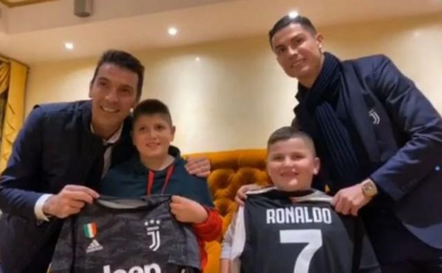 Buffon i Ronaldo albanske heroje nagradili dresovima