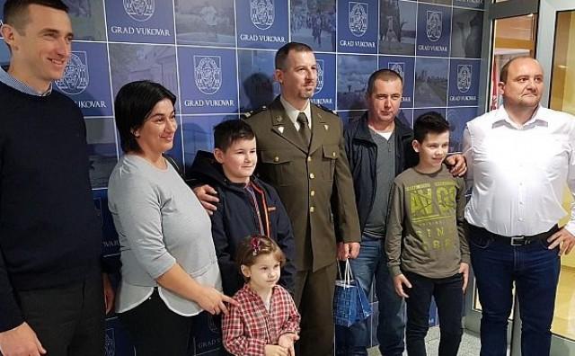 Bojnik HV-a nagradu od 5000 kuna donirao vukovarskoj obitelji Varga